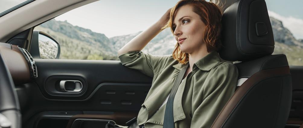 mujer en autos